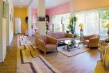 Первый этаж Холл разделен на 2 зоны:  гостиная (мягкий уголок, ТВ, аудиосистема, санузел); столовая (обеденный стол, кухня, холодильник, кондиционер).